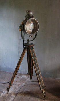 stoere keuken met unieke staande lamp